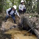 Grandes manchas de hidrocarburo yacen en lo que era una cocha en Andoas, Lotero.Derrame fue reconocido por Pluspetrol. Foto: Julio Anguloo