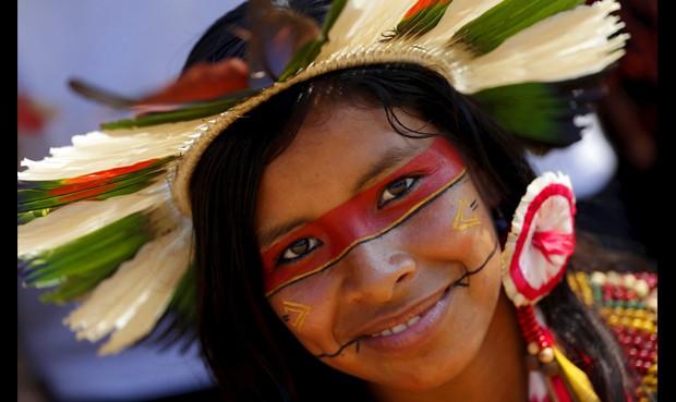 Fiesta. Las más de 60 mujeres que participaron en el desfile demostraron la belleza de sus etnias y de sus indumentarias.