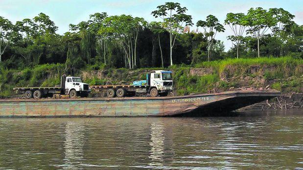 Estos son dos de los camiones que entraron por el río Ucayali hacia la zona de amortiguamiento de la Cordillera Azul. Obsérvese el tamaño de las barcazas que transportan los vehículos utilizados para tala ilegal. (Foto: El Comercio)
