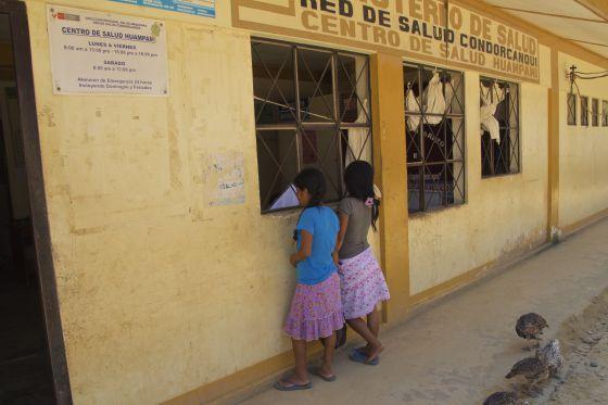 Centro de salud de Huampami, capital de la cuenca del Cenepa, la más afectada de la región awajún por el VIH-sida. / P. P. Á.