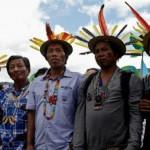 Representantes de comunidades indígenas marchan para pedir a los líderes mundiales reunidos en París en la Cumbre del Clima COP21, que tomen medidas contra el calentamiento global. / EFE