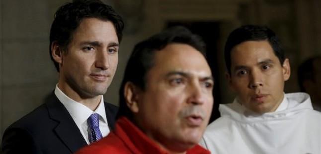 REUTERS / CHRIS WATTIE  Wattie Trudeau (izquierda) y un líder inuit escuchan al jefe de la Asamblea de las Primeras Naciones, en el Parlamento de Ottawa, el 16 de diciembre.