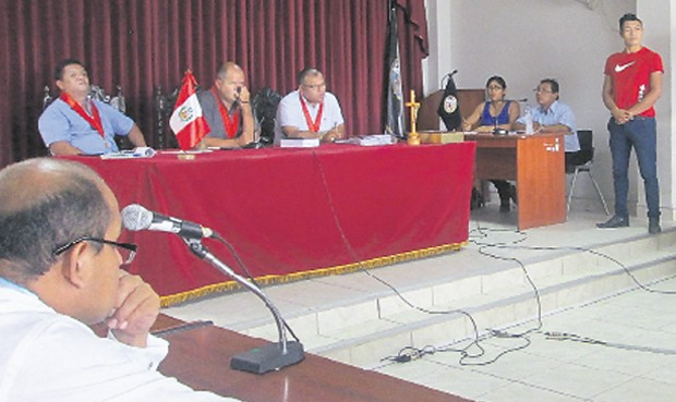 Testimonio. Aladino Castillo, de polo rojo, responde al tribunal de la Sala Penal de Bagua