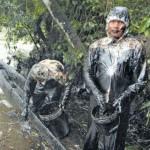 DESASTRE. Cerca de 250 pobladores de las localidades cercanas al río Chiriaco (en Amazonas) realizan labores de limpieza en su cauce, debido a que el derrame de petróleo ya alcanzó sus aguas. (Alessandro Currarino / El Comercio)