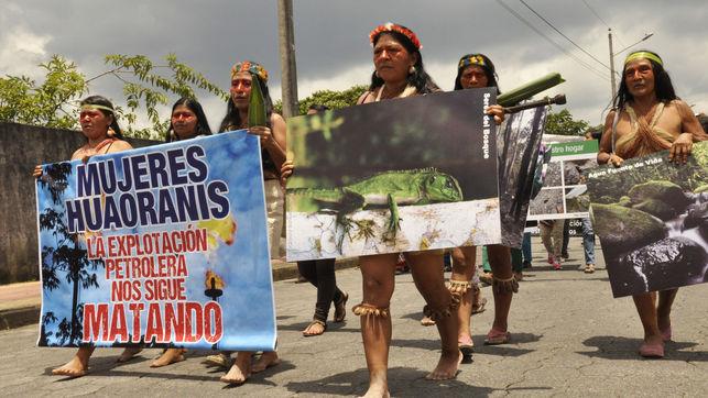 Cientos de mujeres indígenas se reunieron el 8 de marzo en la Amazonia sur de Ecuador para expresar su rechazo al acuerdo alcanzado entre el gobierno de Correa y el consorcio petrolero chino Andes Petroleum. | Foto: Esteffany Bravo