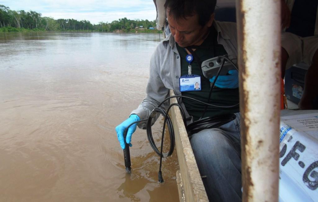 ANA realiza monitoreo de la calidad del agua del río Morona, en Loreto, afectado por derrame de petróleo.