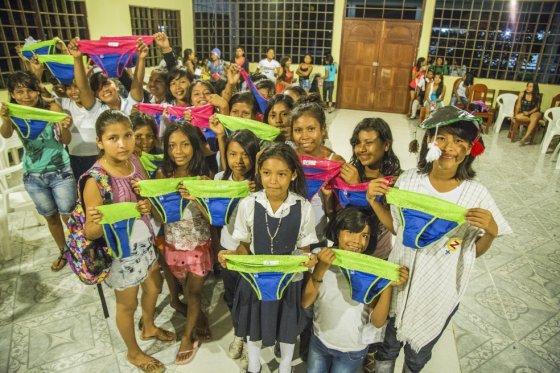 Niñas internas del Colegio María Auxiliadora en el Amazonas colombiano recibiéndo los calzones que usarán durante la regla. / Fotos: Alejandra Bela - Be Girl