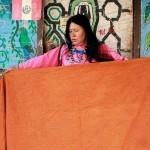 1La maestra Olinda Silvano muestra una de sus obras. Ella abandonó su comunidad y, a través de sus trabajos, difunde en Lima su cultura ancestral. Foto: Ángel Chávez