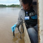 La Autoridad Nacional del Agua toma muestras de agua en zona de derrame, en Loreto. Foto: ANDINA
