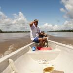 Juan navega en el inmenso río Napo y comenta que la explotación petrolera ha sido beneficiosa para su comuna, Puerto Miranda, en Ecuador. ESTEFFANY BRAVO S.
