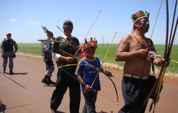 Los guaraníes sienten una profunda conexión con su tierra y han protestado contra su robo y destrucción. © CIMI/Survival