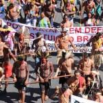 Protesta de indígenas brasileños en Brasilia, la capital federal del país. © Alan Avezedo/MNI