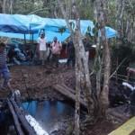 Miembros del Frente de Defensa del Marañón observan parte de la quebrada donde se ha contenido el derrame de petróleo en Barranca. | Fotógrafo: Barbara Fraser.