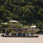 Una embarcación cruza el río en San Miguel de El Bala, en La Paz, lugar donde se prevé construir la hidroeléctrica de El Bala. Foto:  Daniel James