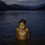Niña Ashaninka en el río Ene, lugar amenazado de ser inundado por el proyecto de construcción de la represa de Pakitzapango, suspendido tras una intensa lucha llevada por la Central Ashaninka del Rio Ene (CARE), liderada por Ruth Buendia, 2012. (Foto: Musuk Nolte)
