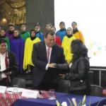 El ministro de Cultura, Jorge Nieto Montesinos, entregó a representantes de los pueblos indígenas andinos y amazónicos, el reglamento de la Ley de las Lenguas Indígenas, que contribuirá a que más de 4 millones de peruanos sean atendidos por el Estado en su propia lengua.