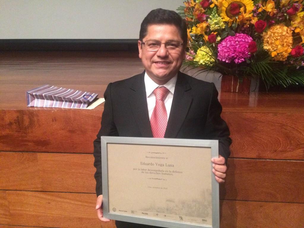 Vega Luna con el diploma de reconocimiento por su destacable labor en defensa de los derechos humanos, que le entregaron representantes de organizaciones de la sociedad civil.