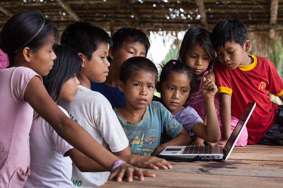 Niños de la comunidad atentos a la llegada de los visitantes