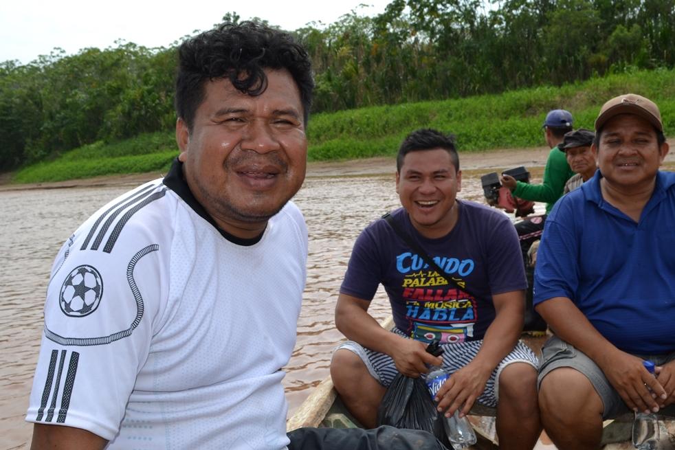 Ronald Suárez en el río Aguaytía, en pleno viaje para realizar uno de sus documentales. Foto: Jonathan Hurtado