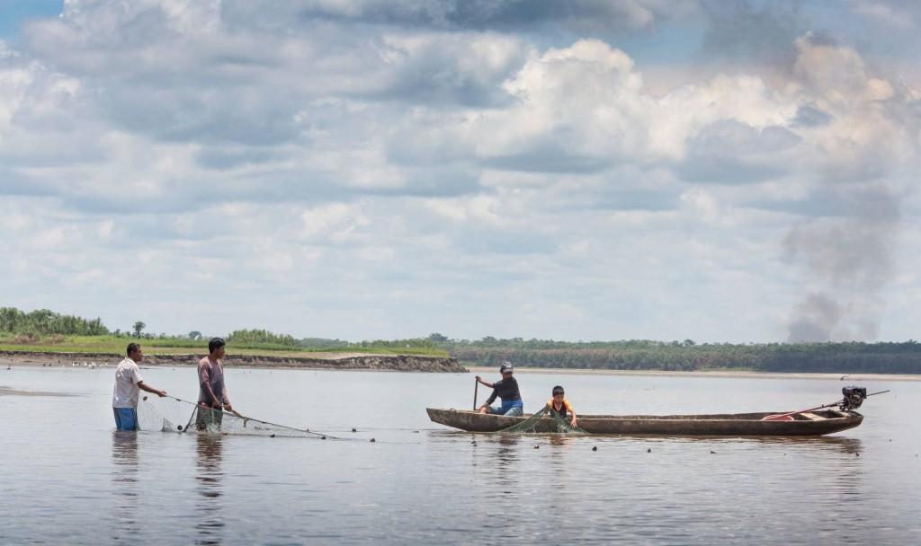 Indígenas kukamas pescan en el río Marañón, en la región de Loreto (Perú). JUANJO FERNÁNDEZ