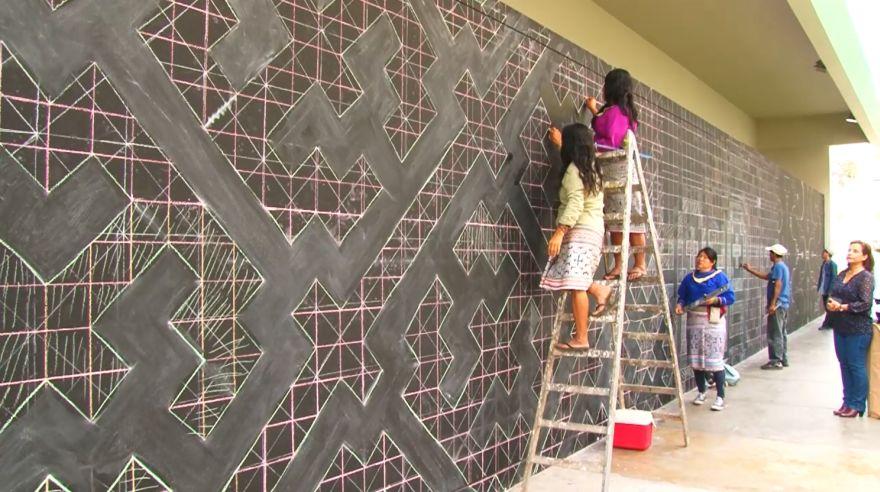 Los artistas del Centro de Investigación y Taller Gráfico Shipibo-Konibo pintaron este mural de diseño Kené en San Isidro.