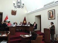 Juan Carlos Ruiz expone ante la atenta mirada de los magistrados del TC..