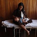 Madre indígena y su niño en la posta de la comunidad Dulce Gloria.