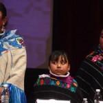 Alberta Alcántara (izq.), Jazmin Alcántara (centro) y Teresa González durante el acto oficial en el que las autoridades de México reconocieron su inocencia. (Foto: AFP)