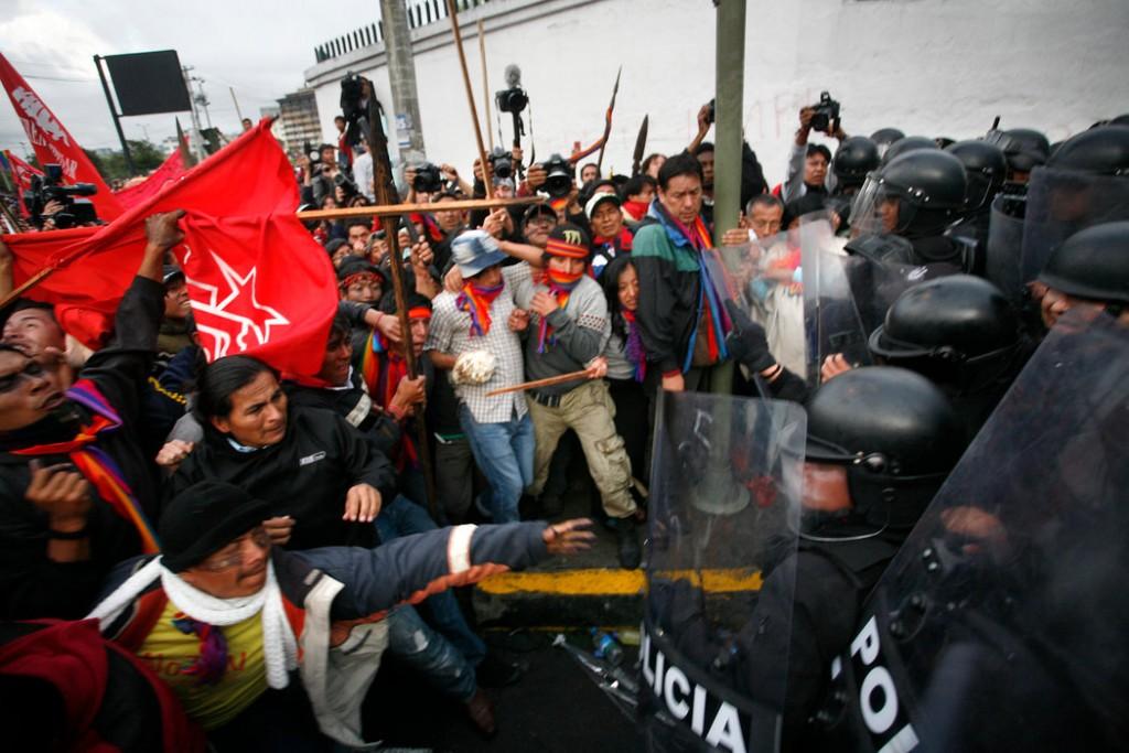 Indígenas chocan con la policía al tratar de llegar a la Asamblea Nacional de Ecuador, en Quito, en 2012. Desde ese año el país ha sido testigo de continuas protestas indígenas contra proyectos mineros de larga escala en sus territorios. Credit Edu Leon/LatinContent/Getty Images