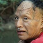 Tomás es un hombre murunahua recientemente contactado que vive cerca de la proyectada 'Carretera de la Muerte'. Si los planes de la carretera siguen adelante, pueblos indígenas aislados de la Frontera Amazónica podrían resultar aniquilados. © David Hill/Survival