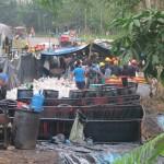 Enero de 2016. Derrame en Chiriaco, distrito de Imaza. Contenedores para el petróleo al lado de la carretera. Foto: Jerson Danducho /CAAAP Amazonas