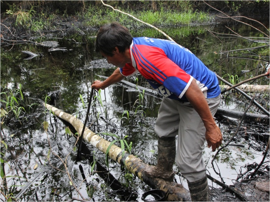 Crudo de petróleo cerca de la comunidad kukama de Cuninico en Loreto. Imagen de Barbara Fraser captada unas semanas después de ocurrido el derrame.