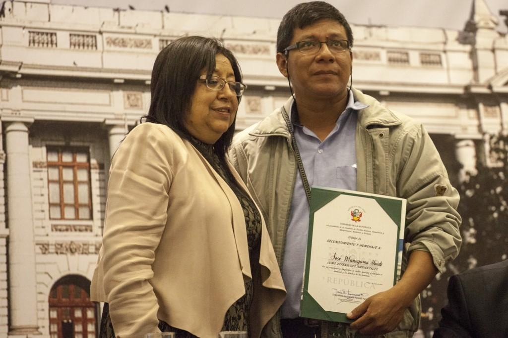 Congresista María Elena Foronda y José Manuyama, del Comité del Agua de Iquitos
