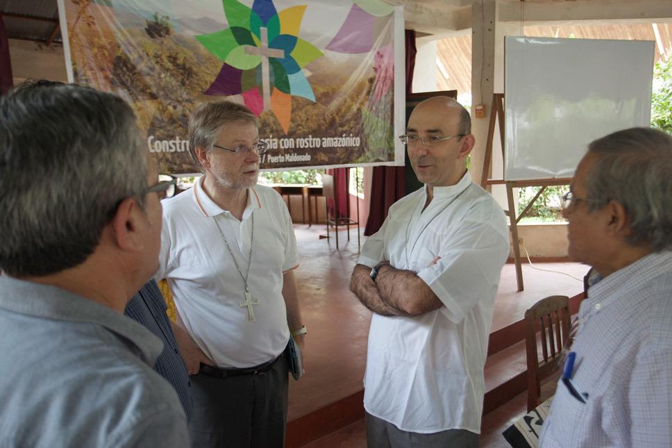 Monseñor David Martínez (camisa blanca y brazos cruzados) en un encuentro eclesial en marzo de 2017. Foto: CAAAP