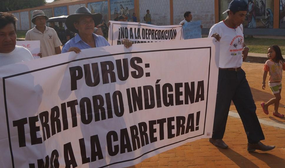 Comunidades nativas en protesta contra construcción de carretera en Purus. Foto: Sitio web Polemos