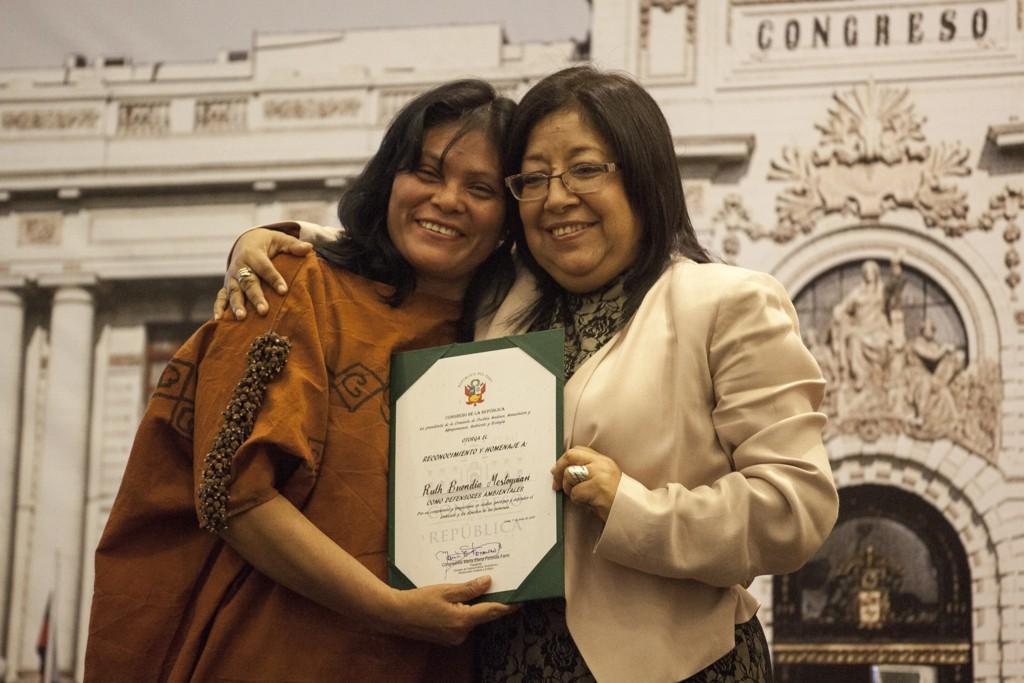 Líder asháninka Ruth Buendía y la congresista María Elena Foronda