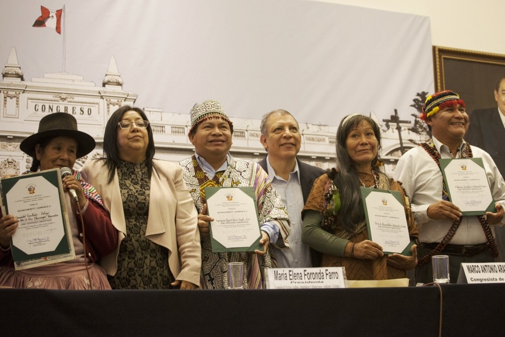 Premiación en el Congreso de la República, el pasado 7 de junio. En total se reconoció a cerca de 50 hombres y mujeres y organizaciones, entre los que estaban representantes de pueblos y comunidades campesinas e indígenas. Fotos: CAAAP
