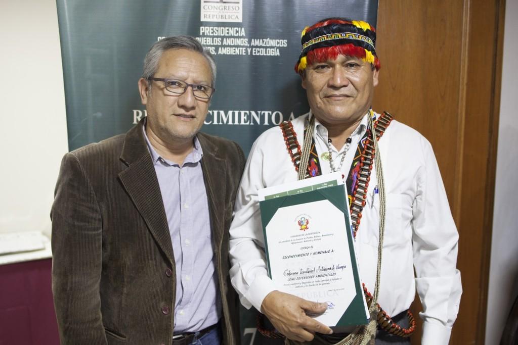 Ismael Vega, director del CAAAP, y Wrays Pérez, presidente del GTANW, tras la premiación