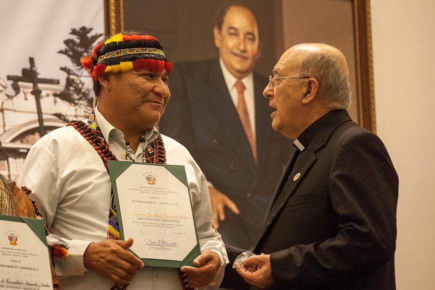 Wrays Pérez y Pedro Barreto, obispo de Huancayo y vicepresidente de la REPAM. Foto: CAAAP