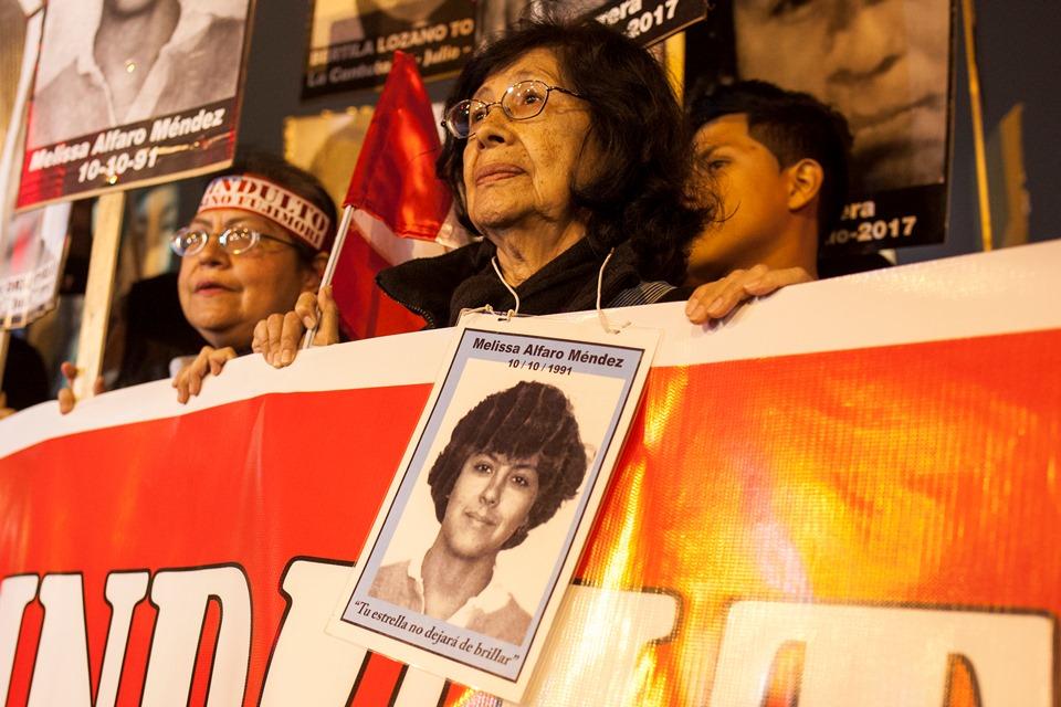 Norma Méndez y la imagen de su hija Melissa Alfaro Méndez, estudiante de periodismo asesinada en 1991 por el terrorismo de Estado. Foto: CAAAP