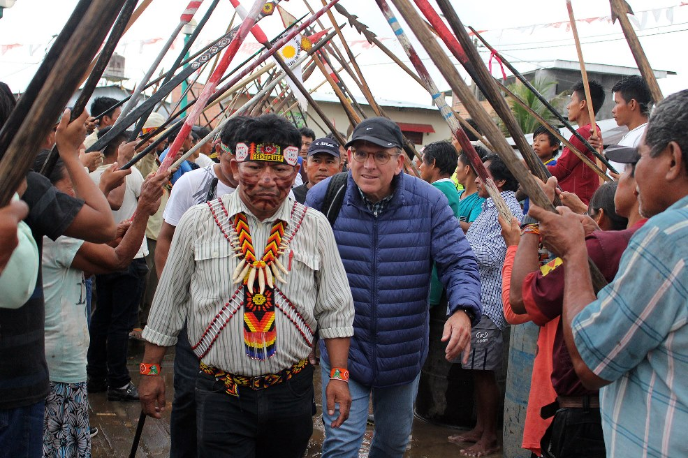 En primer plano, Aurelio Chino Dahua, presidente de la Fediquep, y detrás el viceministro de Gobernanza Territorial. Foto: Puinamudt
