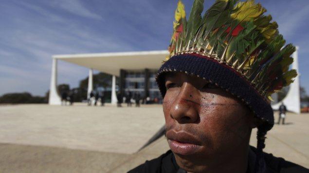 Un indígena guaraní que participa en una manifestación ante la Corte Suprema de Brasilia, unas horas antes de que emita su juicio.  Foto: AP / Eraldo Peres