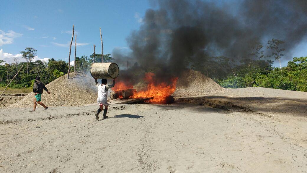 Indígenas wampis queman los restos dejados por los mineros ilegales en la quebrada de Pastacillo. Foto: Radio Kanus