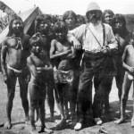 Robuchon, explorador contratado por el cauchero Arana, con indígenas uitotos en la zona del Putumayo. (Foto del libro Imaginario e imágenes de la época del caucho).