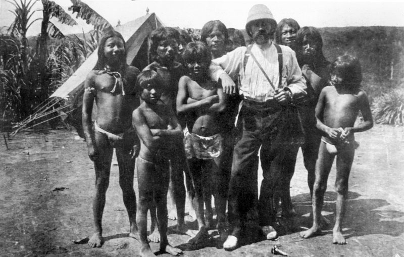 Foto: E. Robuchon rodeado de indios huitotos funuñas. Foto tomado del Libro Imaginario e imágenes de la época del caucho: Los sucesos del Putumayo, 2009