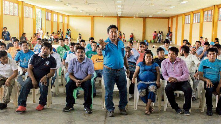 Postura. El apu Augusto Hualinga interviene en asamblea de la comunidad de Antioquía. Foto: La República.
