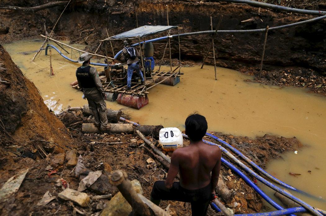 Una redada en una mina de oro ilegal en la Amazonía brasileña en abril de 2016 . Foto:  Bruno Kelly/Reuters