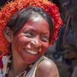 Una joven guaraní con su rostro pintado de rojo, Brasil. Foto: SURVIVAL INTERNATIONAL
