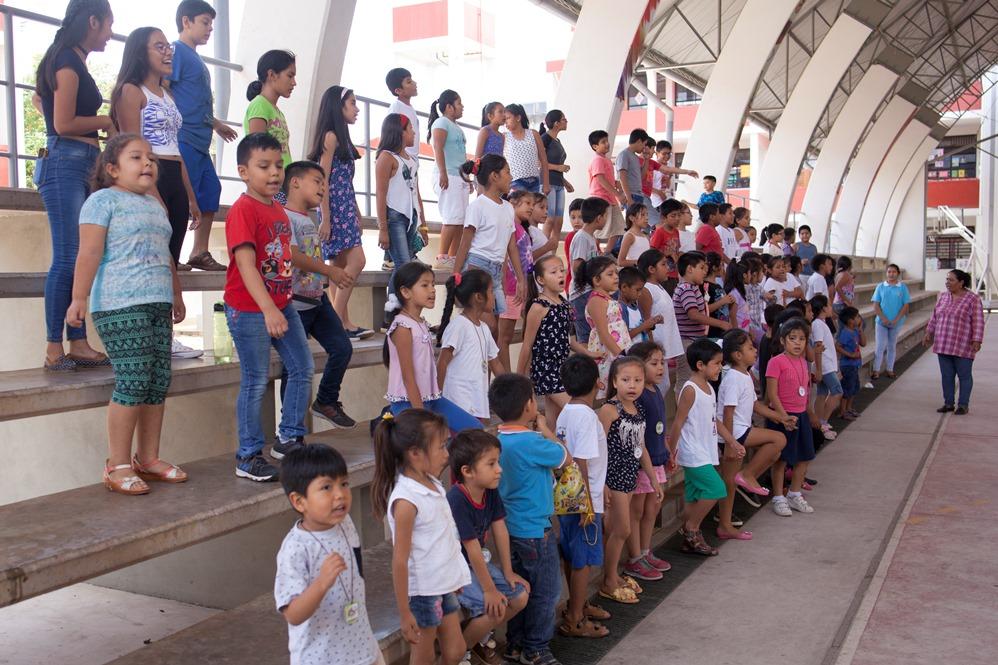 Menores de los centros educativos de Puerto Maldonado reunidos en el espacio deportivo del Colegio Santa Cruz. Foto: CAAAP