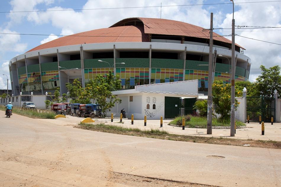 Coliseo Madre de Dios, en la ciudad de Puerto Maldonado. Encuentro con pueblos indígenas será transmitido en directo, por pantallas gigantes, a la explanada del Instituto Superior Tecnológico Jorge Basadre. Foto: CAAAP